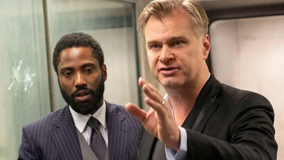 Christophen Nolan, ao lado de John David Washington: o diretor também reclamou do HBO Max (Crédito: divulgação / Warner Bros.)
