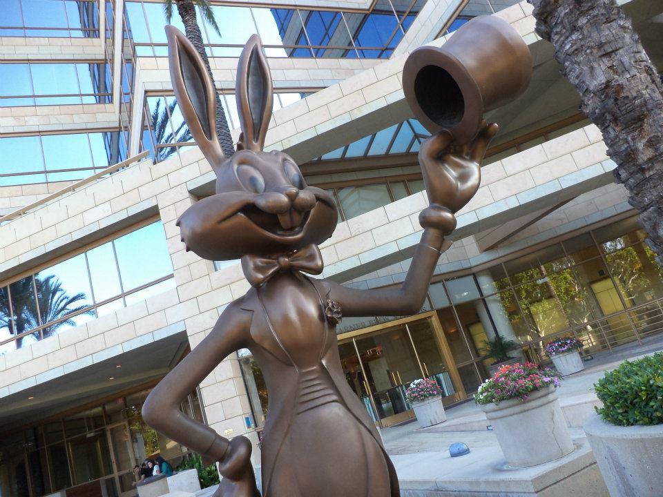 A estátua do Pernalonga que recepciona os visitantes nos estúdios da Warner Bros., em Burbank, Califórnia (Foto: Renan Martins Frade)