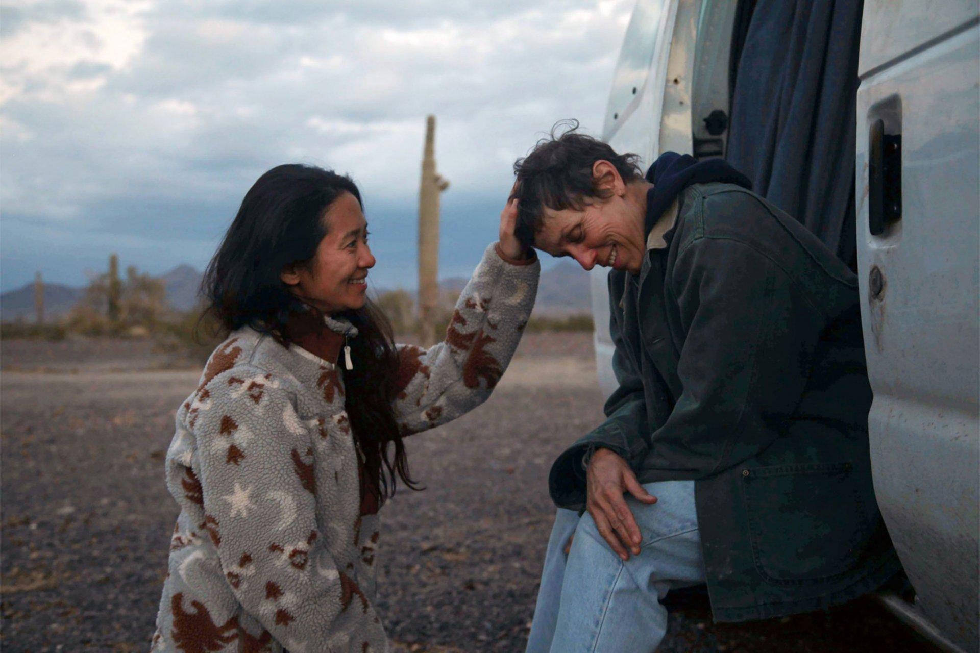 Chloe Zhao e Frances McDormand durante as gravações de Nomadland (Crédito: divulgação / 20th Century Studios)