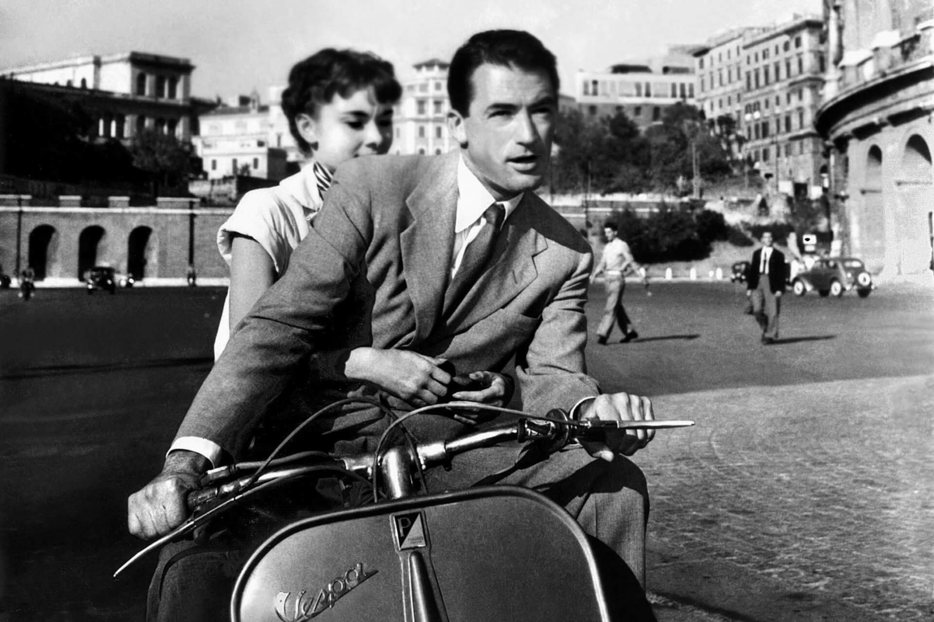 Audrey Hepbun e Gregory Peck na clássica cena de Vespa em 'A Princesa e o Plebeu' (Foto: divulgação / Paramount Pictures)