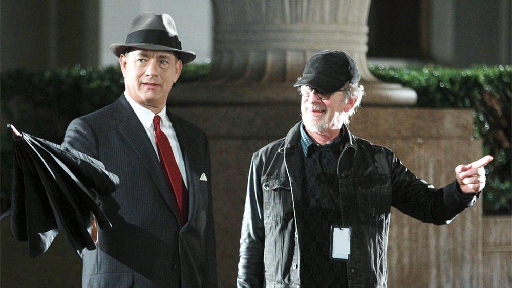 Steven Spielberg dirigindo Tom Hanks nas filmagens de 'Ponte dos Espiões' (Crédito: divulgação / 20th Century Fox)