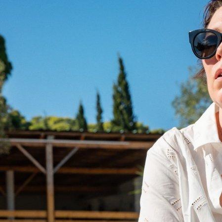 Netflix divulga primeiro trailer de 'A Filha Perdida', filme de Maggie Gyllenhaal